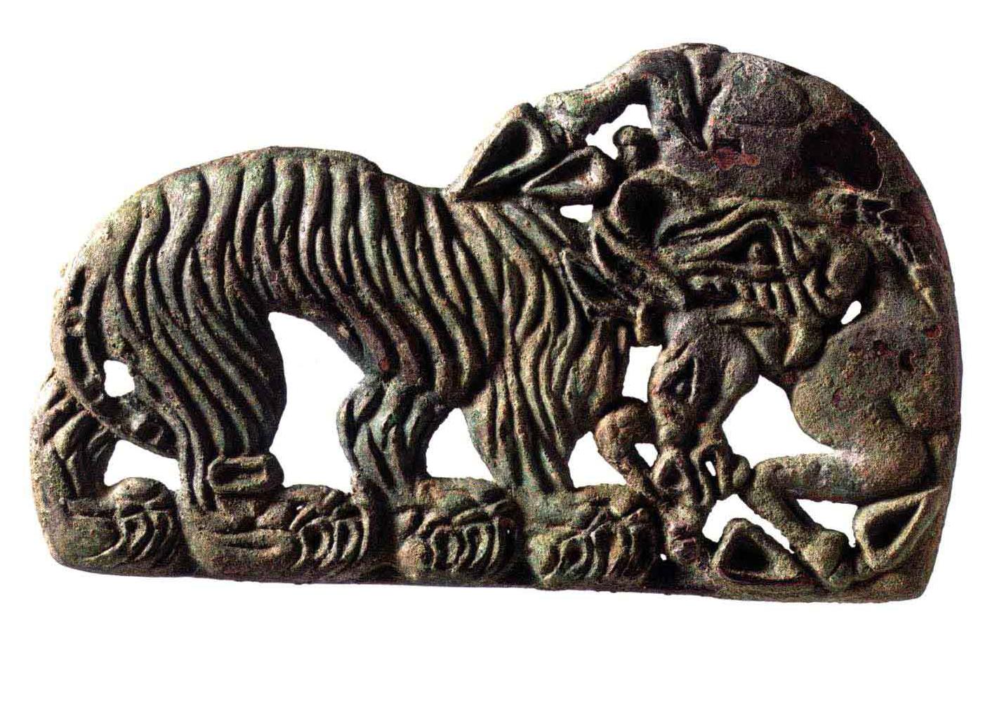 虎噬驴透雕铜牌饰