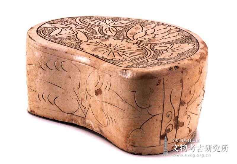 磁州窑白釉剔刻花瓷枕