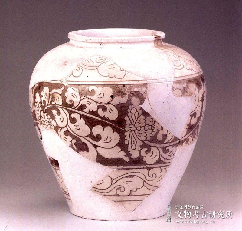 白釉剔刻花纹罐