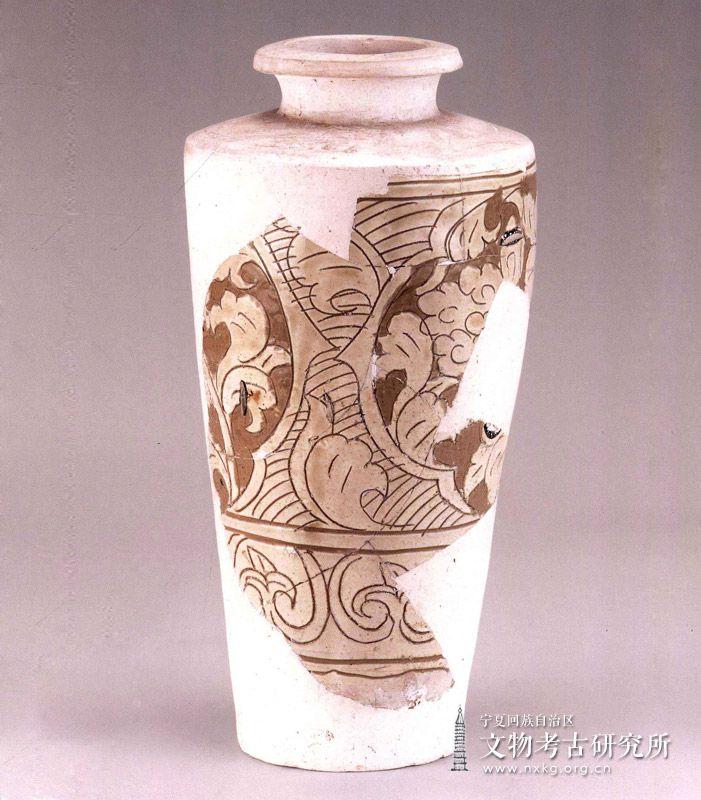 白釉剔刻花经瓶